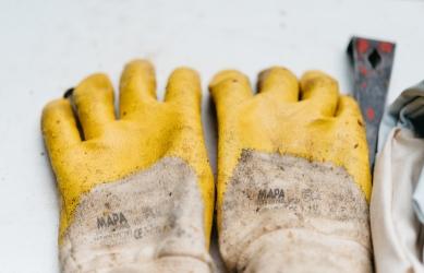 Ochrona rąk głównie przed czynnikami chemicznymi